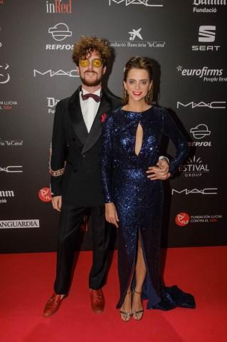 Aldo Comas y Macarena Gómez en el photocall de la gala People in Red de la Fundación Lucha contra el Sida (Barcelona, 2018)