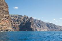 Acantilados de Los Gigantes desde el mar, a bordo del barco que te regresa al puerto.