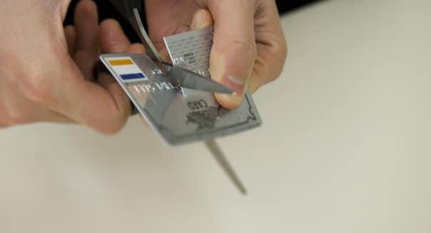 Cortando sus tarjetas de crédito