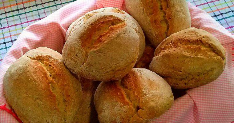 Pan casero, bollos integrales hechos con masa madre