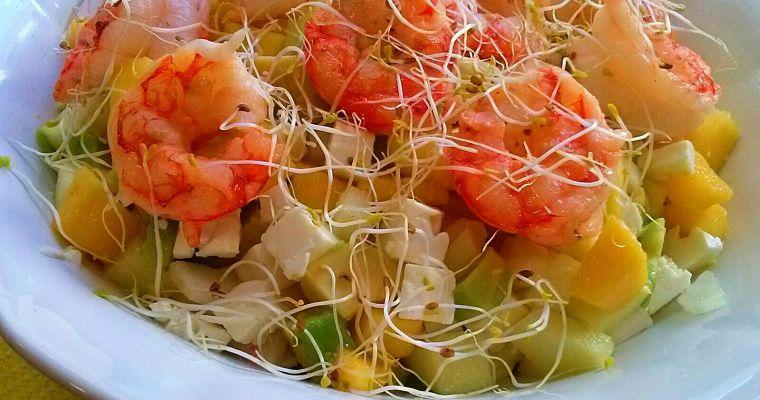 Ensalada dulce y salada con brotes tiernos