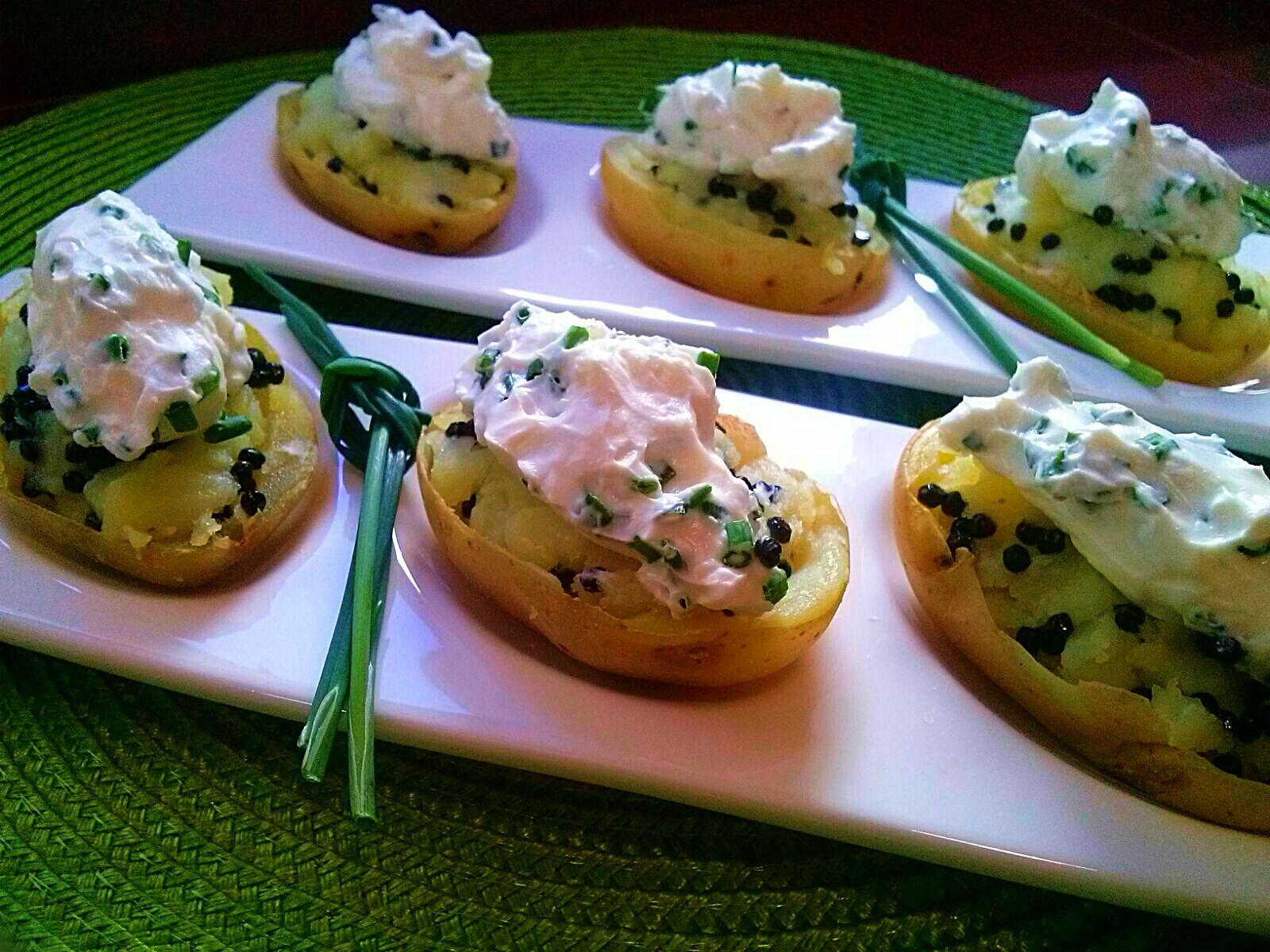 Patatas rellenas con crema y caviar