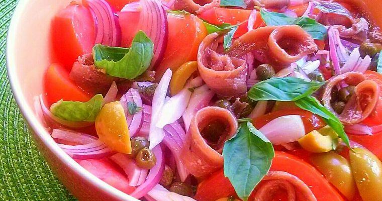 Ensalada Mediterránea con tomates, alcaparras y anchoas