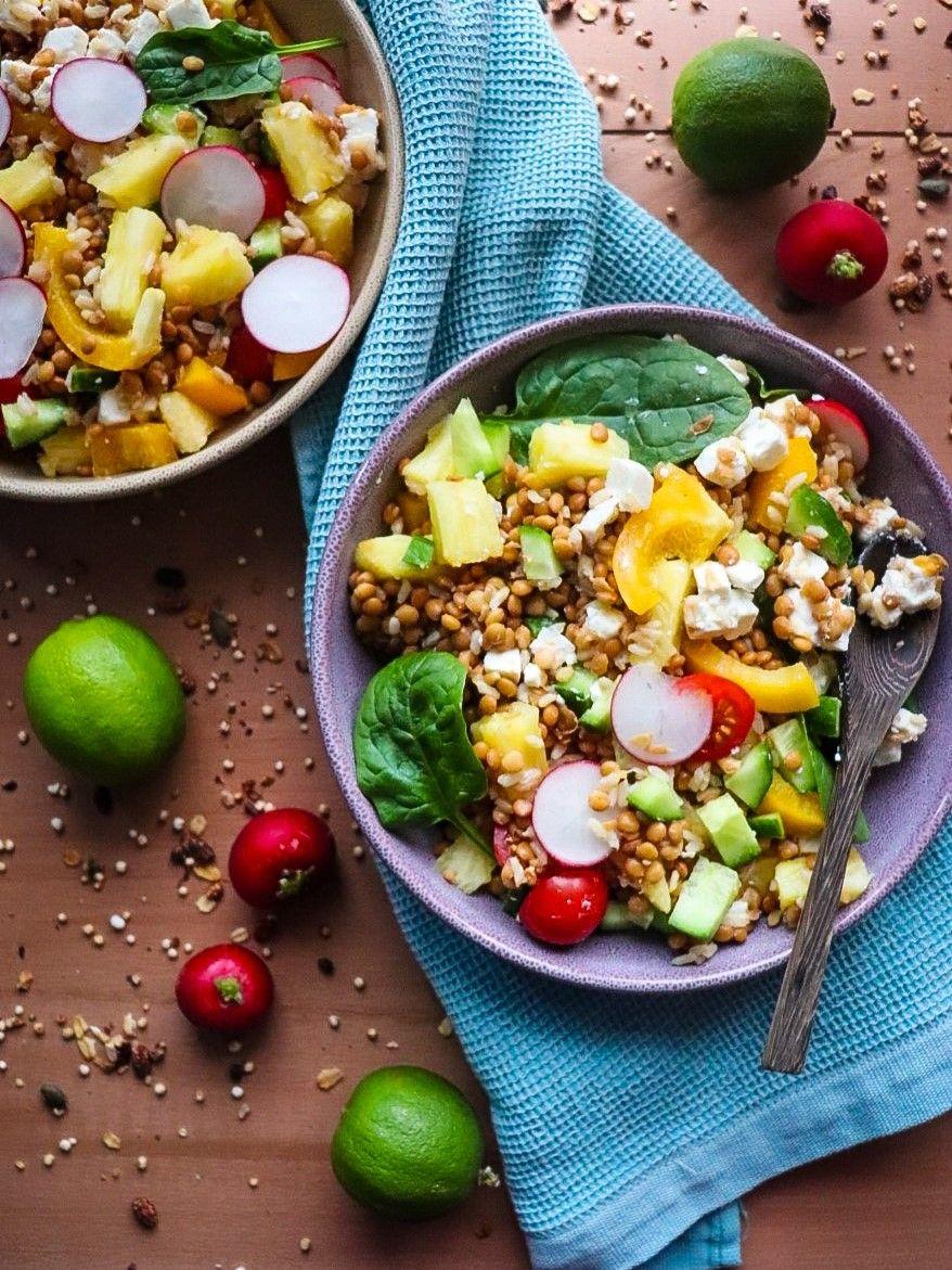 Ensalada completa: Arroz, legumbres, frutas. [Idea de plato único]