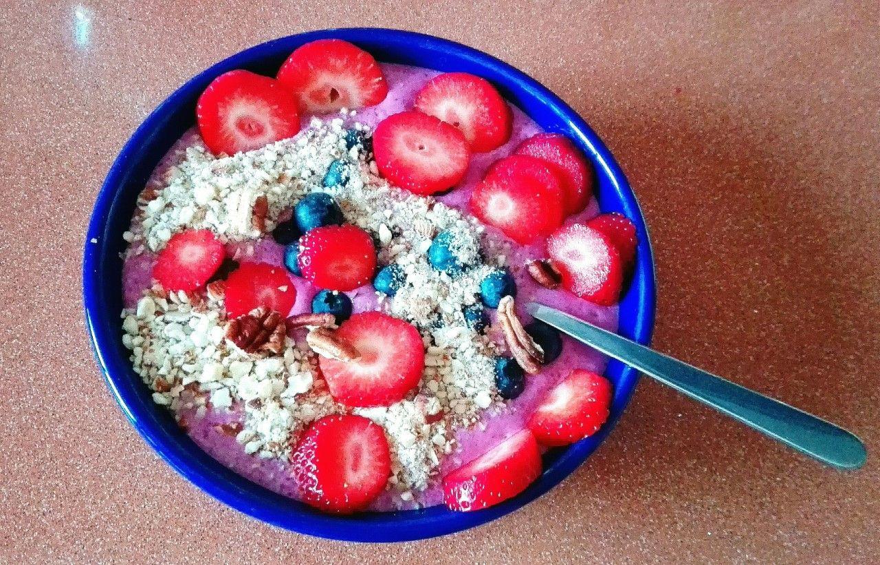Smoothie bowl de fresas, arándanos y almendras picadas
