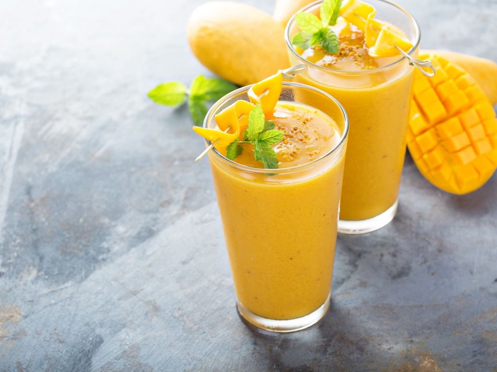 Smoothie matutino de mango con crema de cacahuete