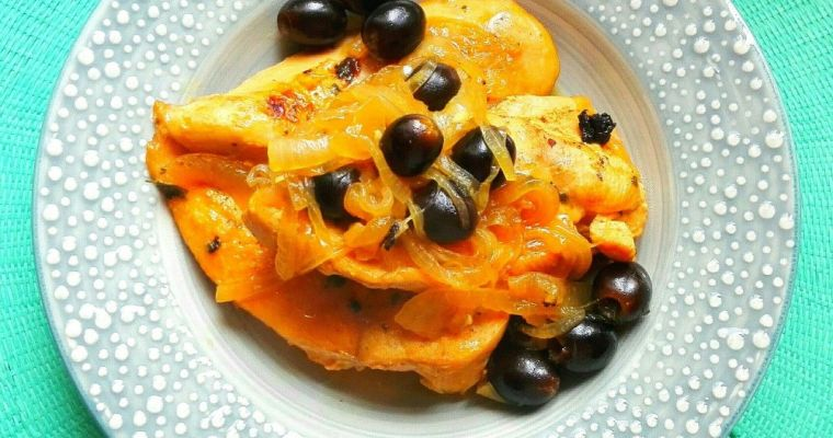 Pollo mediterráneo con aceitunas negras y cebolla