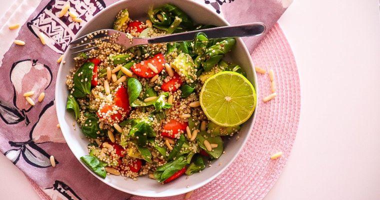 Ensalada de quinoa con fresas y aguacate