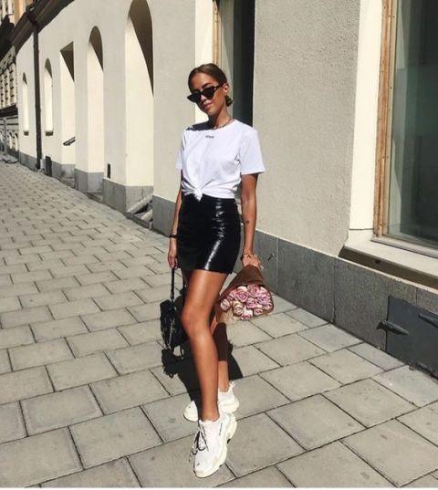T-shirt + minissaia: a dupla básica que salva dias de preguiça fashion