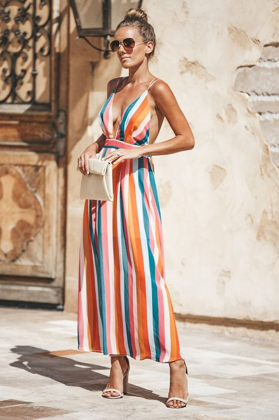 Vestido com listras coloridas e decote