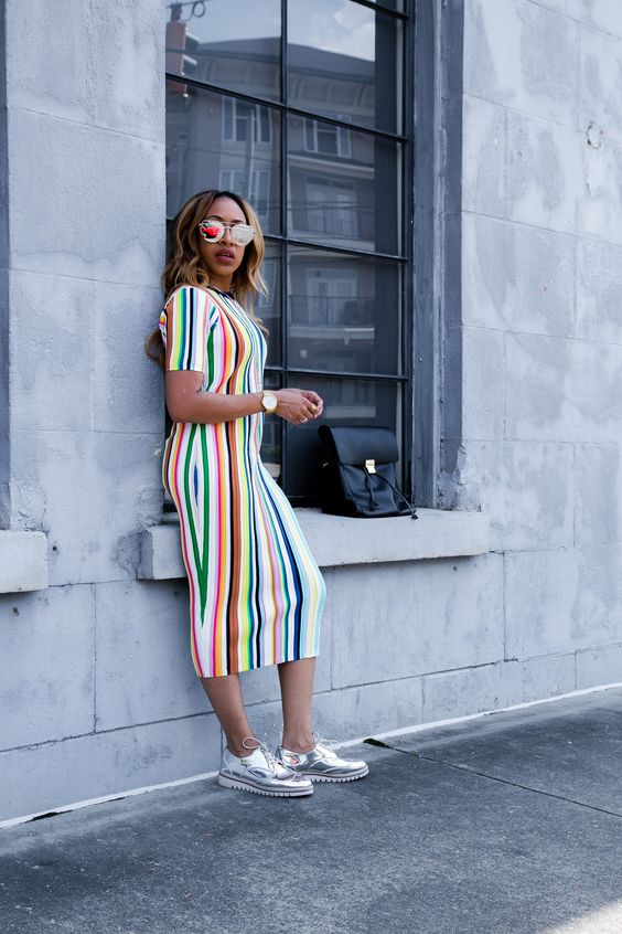 Vestido colorido midi com tênis