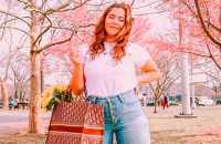 Básica e cool: 9 looks com blusa branca e calça jeans