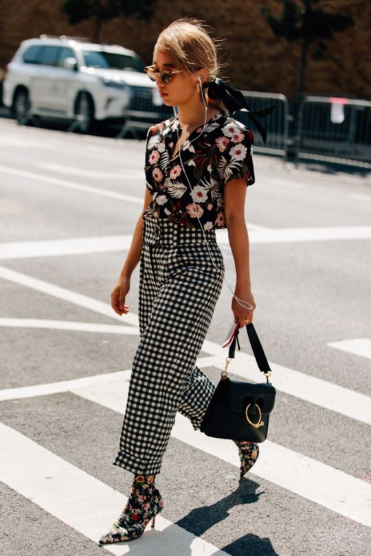 camisa floral e calça xadrez vichy