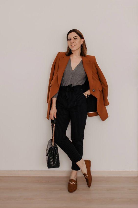 blazer caramelo, camisa cinza, calça de alfaiataria preta e loafer