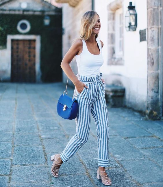 regata branca, calça listrada, bolsa azul sandália de salto quadrado