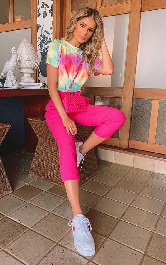 blusa tie-dye na próxima estação, calça rosa e tênis