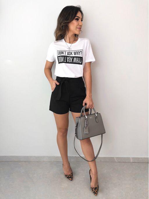 t-shirt branca e shortinho preto