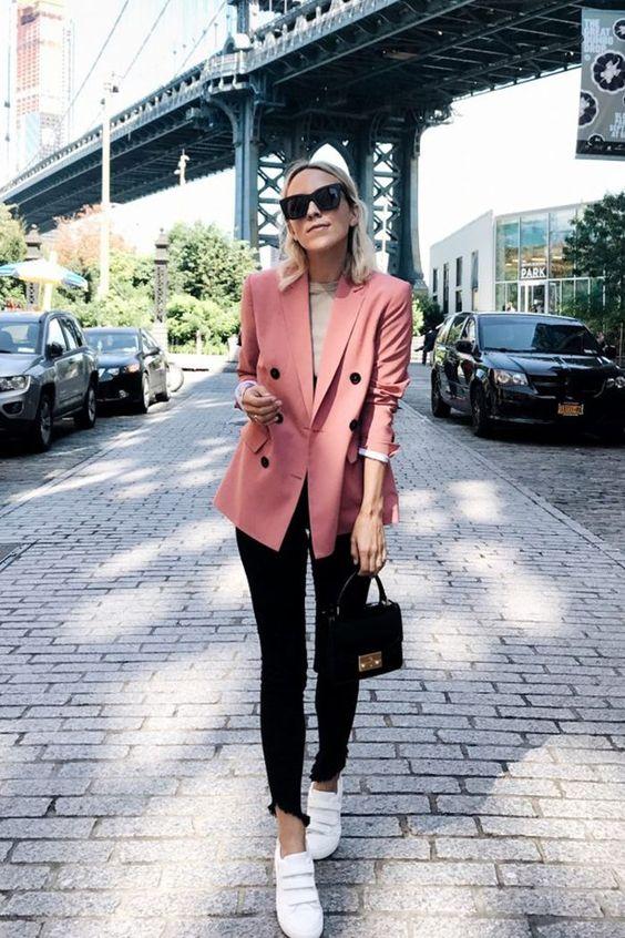 blazer rosa e calça preta