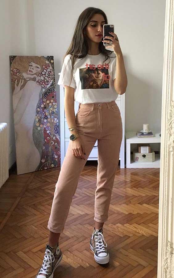 Mari Malibu com t-shirt estampada e calça rosa