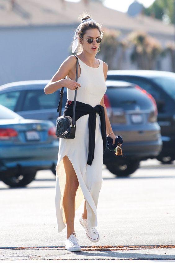Alessandra Ambrosio com vestido branco longo e tênis all star
