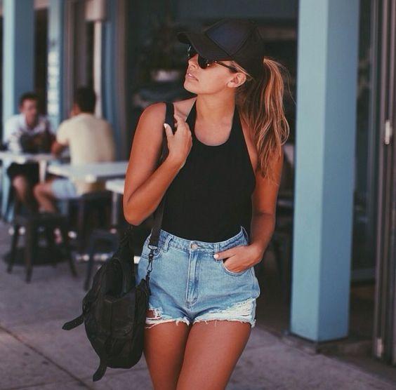 boné preto, body preto e short jeans