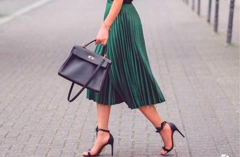 12 maneiras de usar saia plissada no look do trabalho