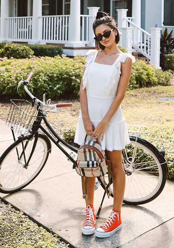 vestido de renda branco com decote reto, tênis all star vermelho