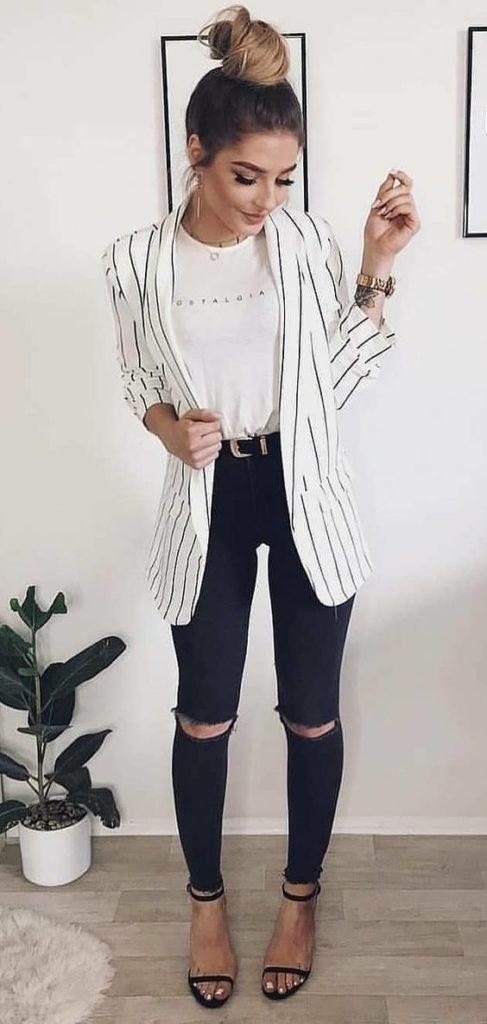 blazer branco listrado, blusa preta e calça preta skinny