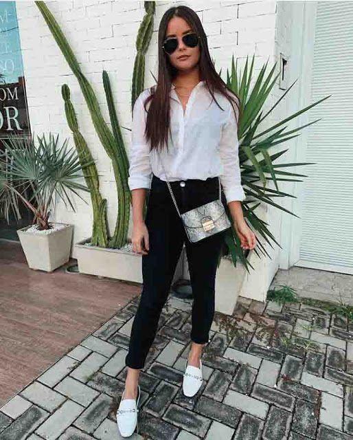chique, bolsa de corrente, camisa branca e calça preta