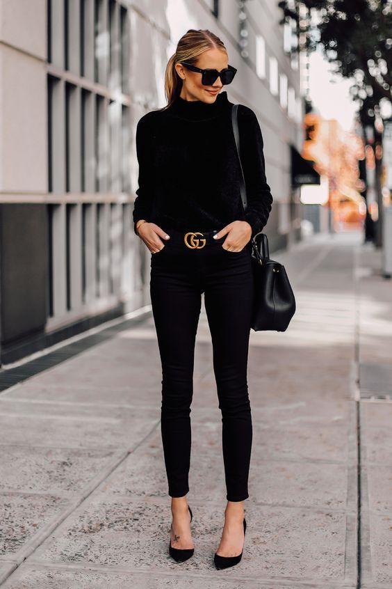 chique, look all black com cinto de logo