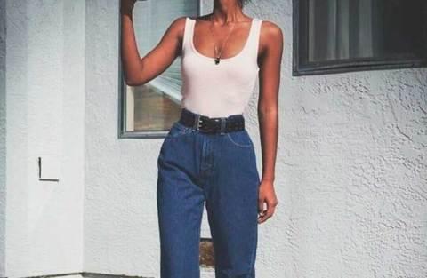 20 looks estilosos com regata e mom jeans