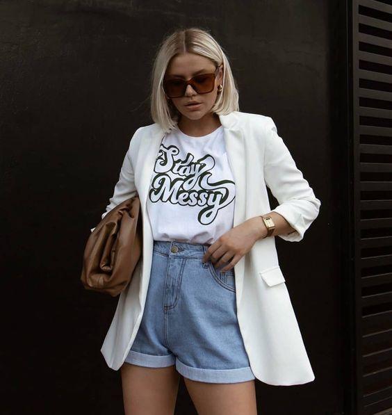 blazer com t-shirt e short jeans