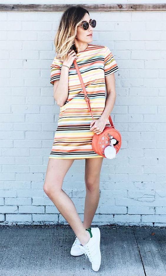 vestido listrado colorido e tênis