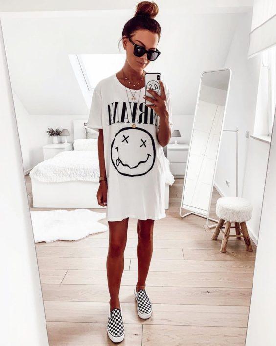 Jaqueline, t-shir dress estampado e tênis