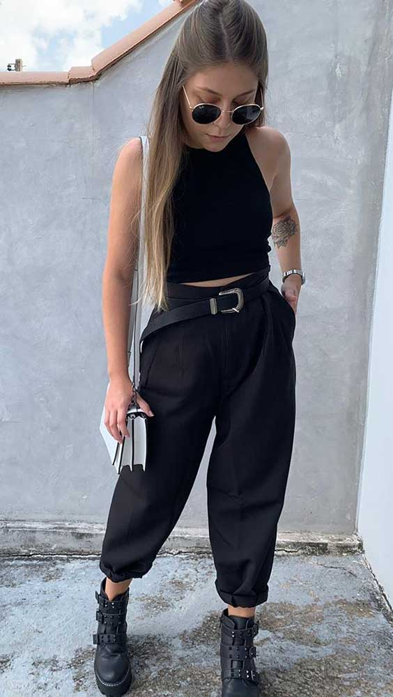 blusa preta, calça cargo preta e coturno cool