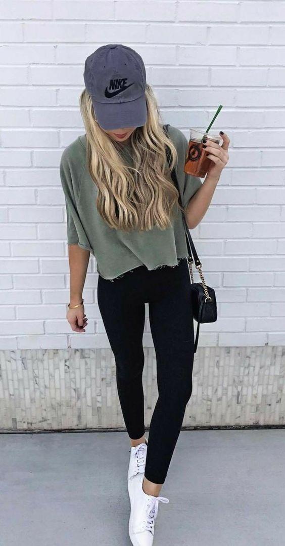 t-shirt, boné e legging preta