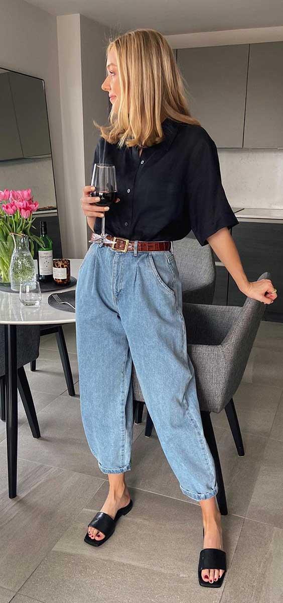slaochy jeans, blusa preta, cinto caramelo, rasteirinha slide