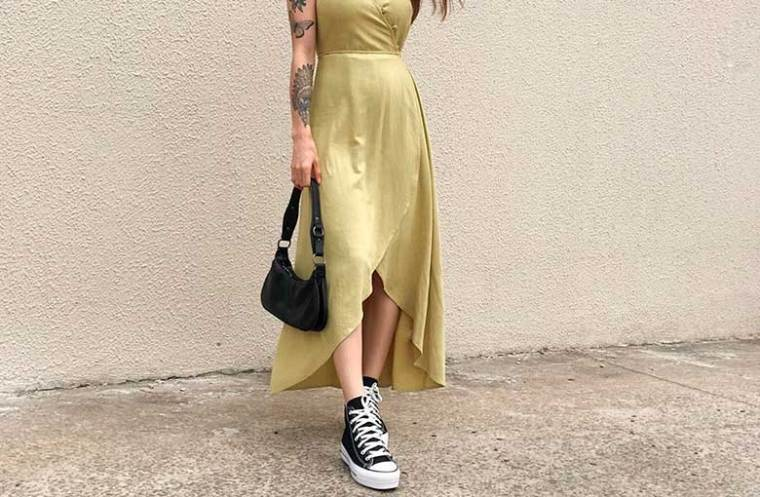 vestidoo amarelo, tênis perto