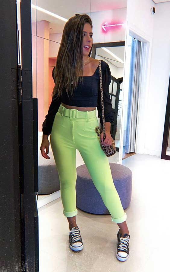 cropped preto com mangas bufantes, calça de alfaiataria verde neon e tênis all star