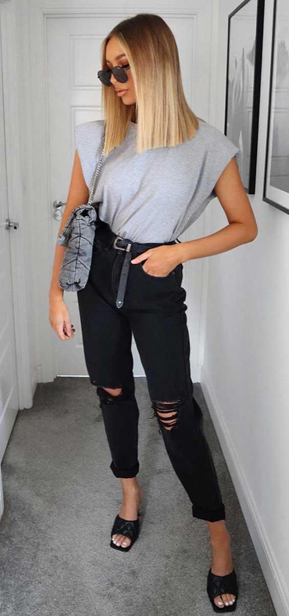 t-shirt cinza, calça preta com rasgo no joelho, tamanco preto de bico quadrado