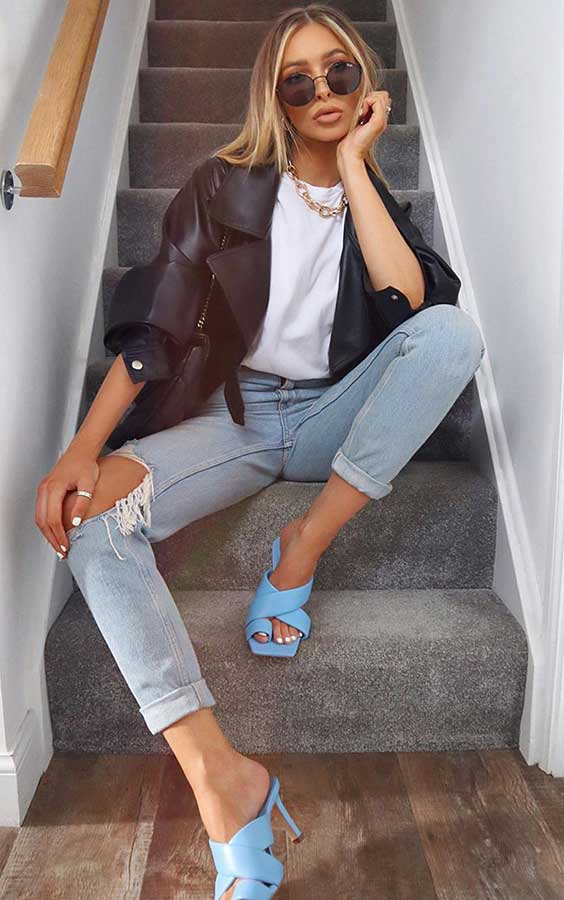 jaqueta de couro, t-shirrt branca, calça jeans destroyed, sapato azul