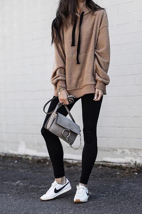 blusão marrom, calça legging preta, tênis branco nike