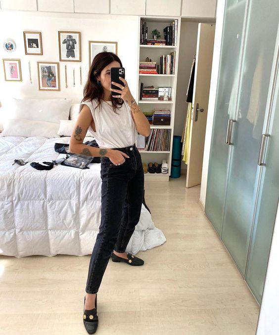 muscle tee com ombreiras, calça preta e loafer preto