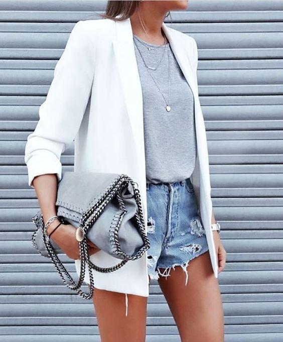 blazer branco, short jeans desfiado e t-shirt cinza