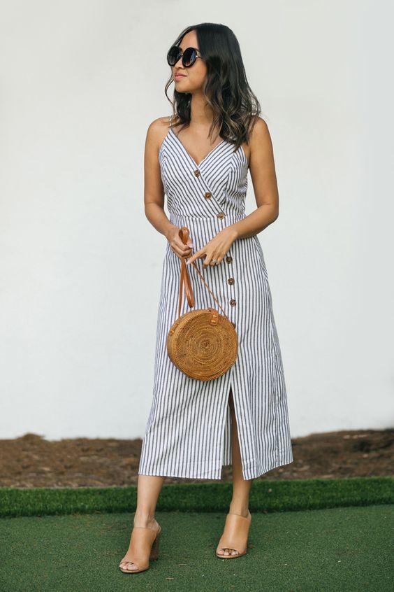 vestido com botões midi, bolsa de palha redonda