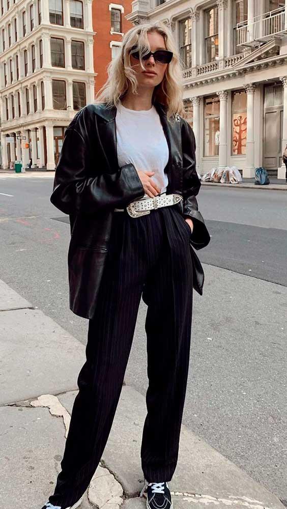 tendências de inverno, look preto e branco com jaqueta de couro