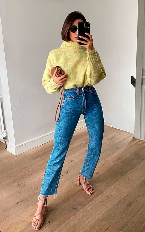 suéter amarelo, mom jeans e sandália de bico quadrado