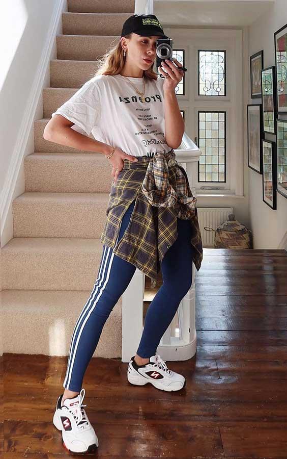 Slogan t-shirt branca, camisa xadrez com nozinho na cintura, calça legging esportiva