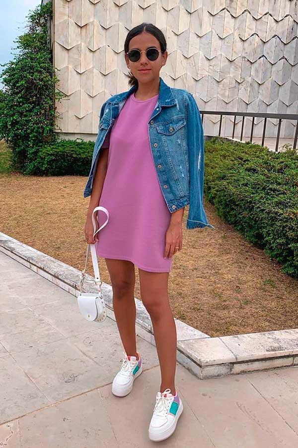 vestido lilás e jaqueta jeans cropped