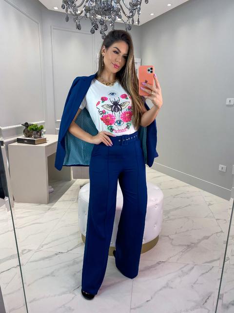 terninho azul e t-shirt com estampa floral